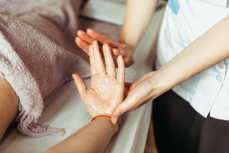 Fysisk terapeut som masserar händer arkivbild