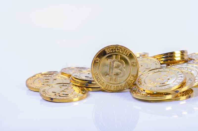 Fysisk version för enorm bunt av guld- Bitcoin fotografering för bildbyråer