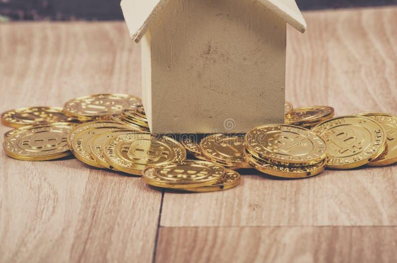 Fysisk version för enorm bunt av guld- Bitcoin royaltyfri foto