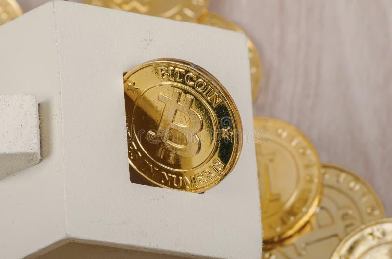 Fysisk version för enorm bunt av guld- Bitcoin royaltyfria foton