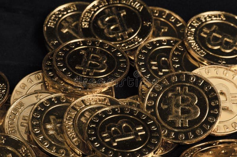 Fysisk version för enorm bunt av guld- Bitcoin arkivbilder