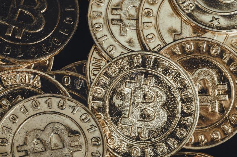 Fysisk version för enorm bunt av guld- Bitcoin arkivbild