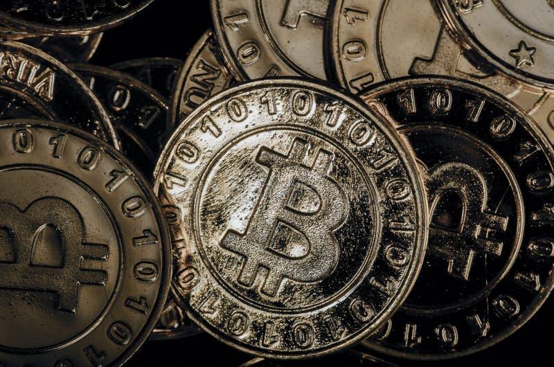 Fysisk version för enorm bunt av guld- Bitcoin royaltyfri bild
