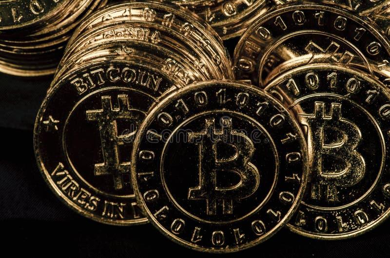 Fysisk version för enorm bunt av guld- Bitcoin arkivfoto