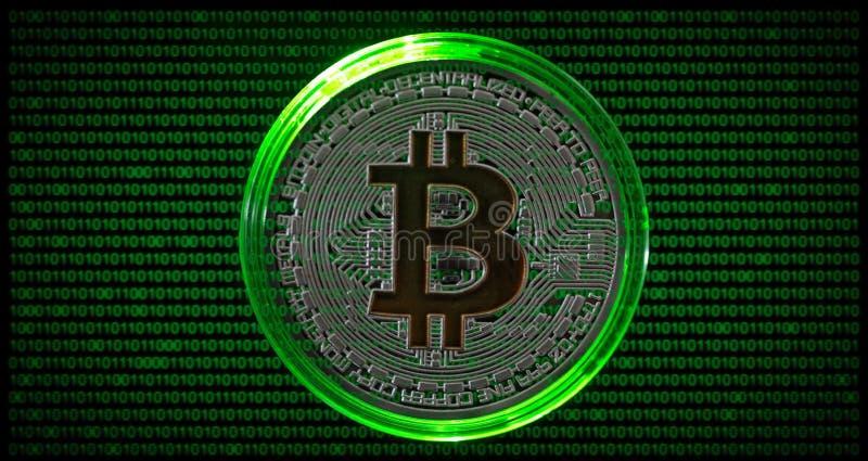 Fysiska Bitcoin med grön bakgrund för binär kod arkivbilder