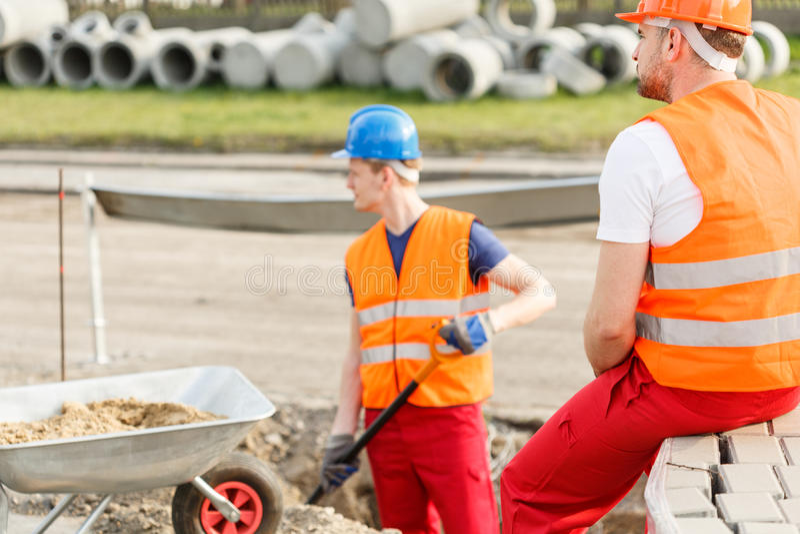 Fysiskt arbeta för jobbare som är utomhus- arkivbilder