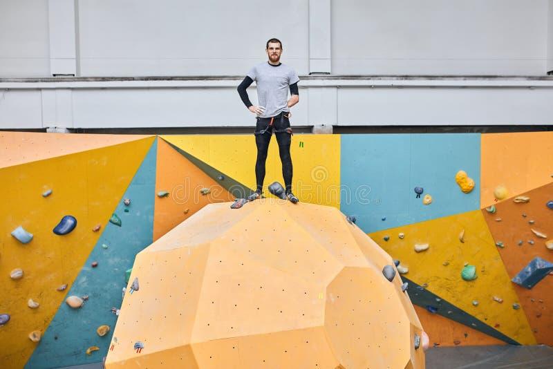 Fysiskt nedsatt stilig manlig modell som upptill poserar av att klättra väggen arkivbild
