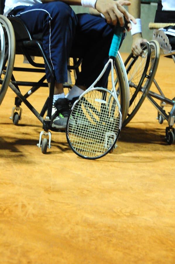 Fysiskt rörelsehindrad idrottsman nen som spelar tennis i rullstol arkivbilder