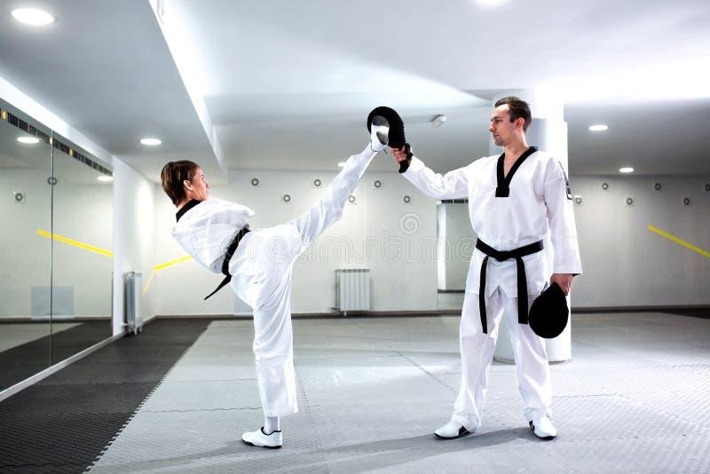 Fysiskt utmanad flicka i kampsporter som utbildar Taekwondo arkivfoto