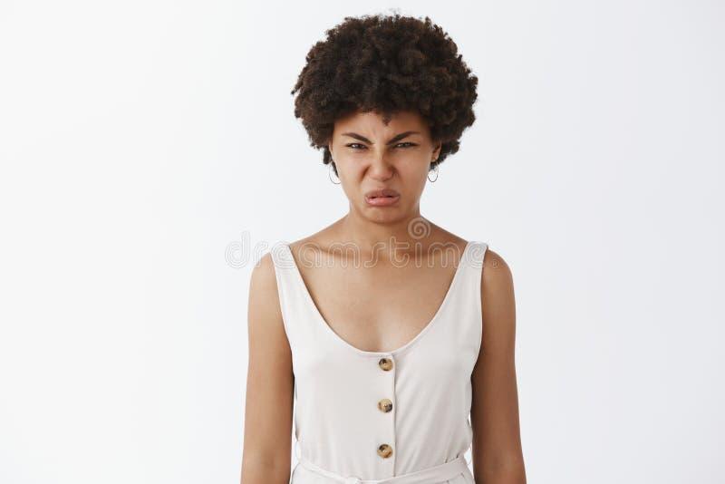 Gánelo en total está disgustando Retrato de la cara que atornilla descontentada de la mujer afroamericana de la aversión y de la  fotos de archivo libres de regalías