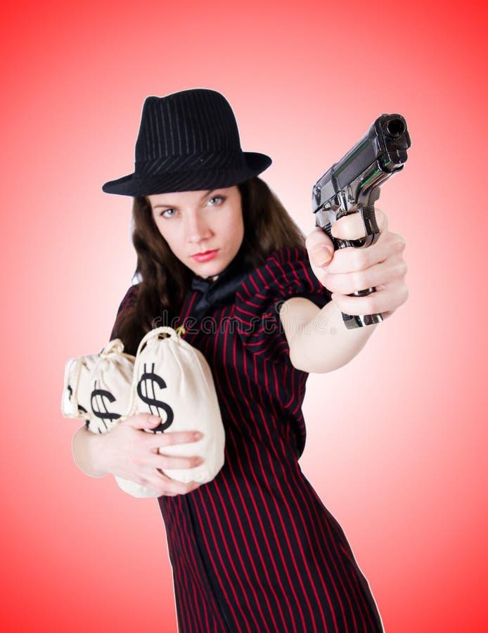 Gángster de la mujer con la arma de mano contra la pendiente fotografía de archivo libre de regalías