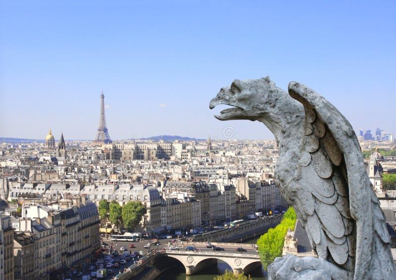 Gárgola que pasa por alto París para arriba en Notre Dame de Paris, Francia imagen de archivo libre de regalías