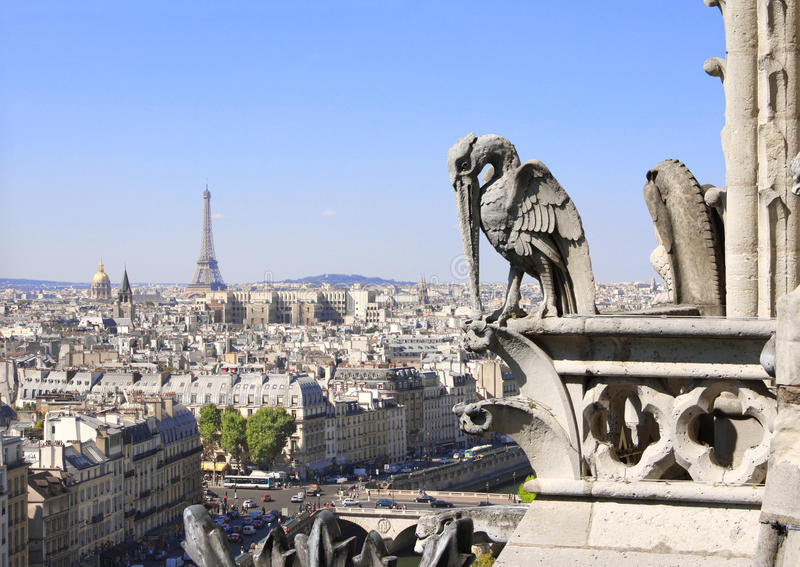 Gárgola que pasa por alto París para arriba en Notre Dame de Paris, Francia imágenes de archivo libres de regalías