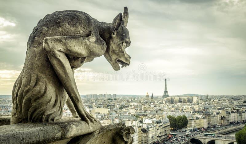 A gárgula na catedral de Notre Dame de Paris olha o Ei foto de stock
