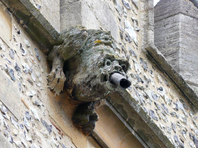 Gárgula sobre a torre da igreja de St Michael de Inglaterra, Chenies imagens de stock royalty free