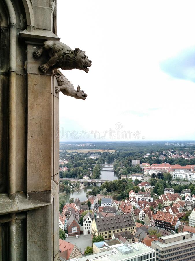 Gárgulas que negligenciam Ulm, Alemanha imagem de stock