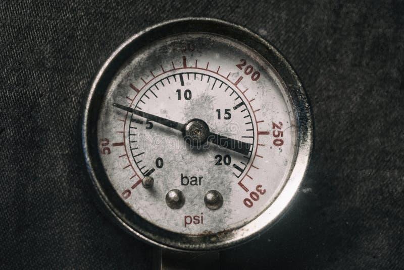 Gás de ar alto cromado do calibre no indicador do fundo do preto do close-up do medidor do sensor da pressão da produção do perig imagens de stock royalty free