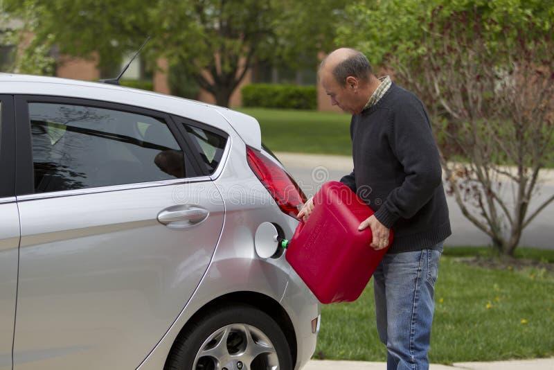 gás de derramamento do homem no carro imagens de stock royalty free
