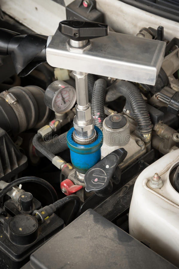 Gás de enchimento de NGV ao motor de automóveis imagens de stock royalty free