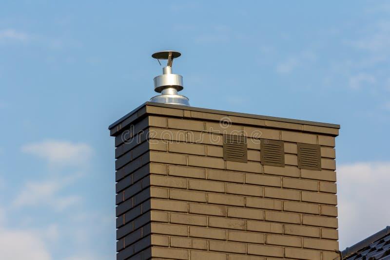 Gás e chaminé de aço enegry limpos modernos da ventilação fotos de stock