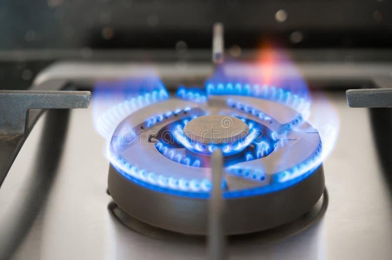 Gás que queima-se do fogão de gás da cozinha fotografia de stock