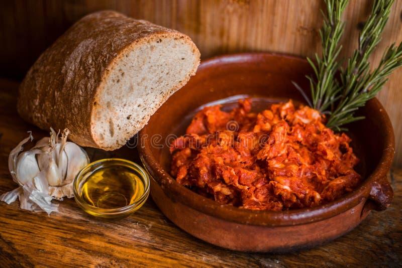 Gâchis de boeuf de Picadillo avec d'huile de romarin de pain et d'ail de casse-croûte de repas toujours la vie espagnole méditerr image stock