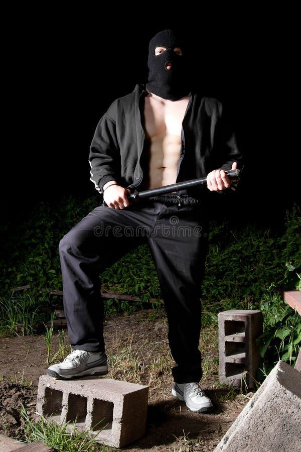 Gângster com bastão ao ar livre na noite imagens de stock royalty free