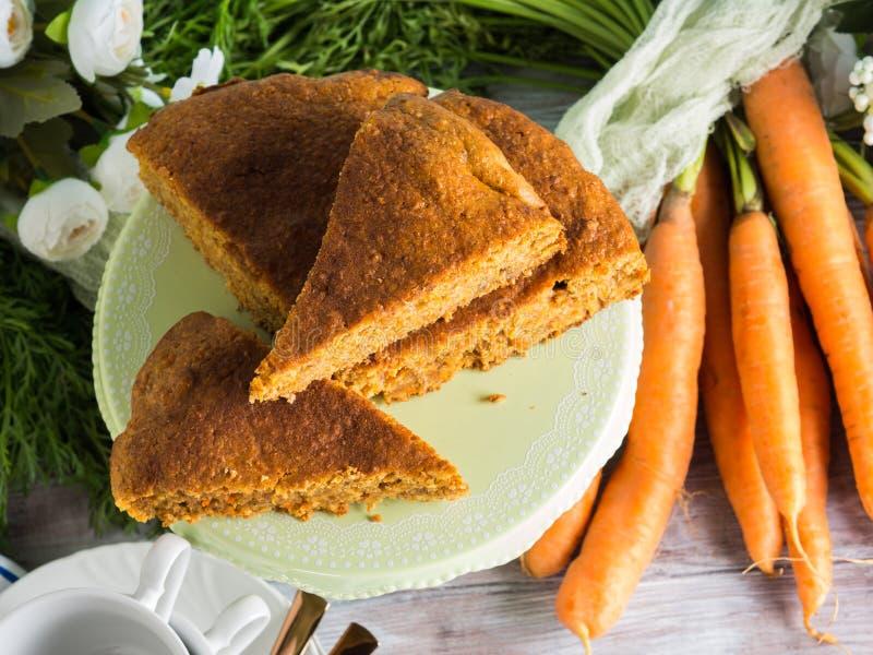 Gâteau à la carotte épicé avec les noix et la cannelle images libres de droits