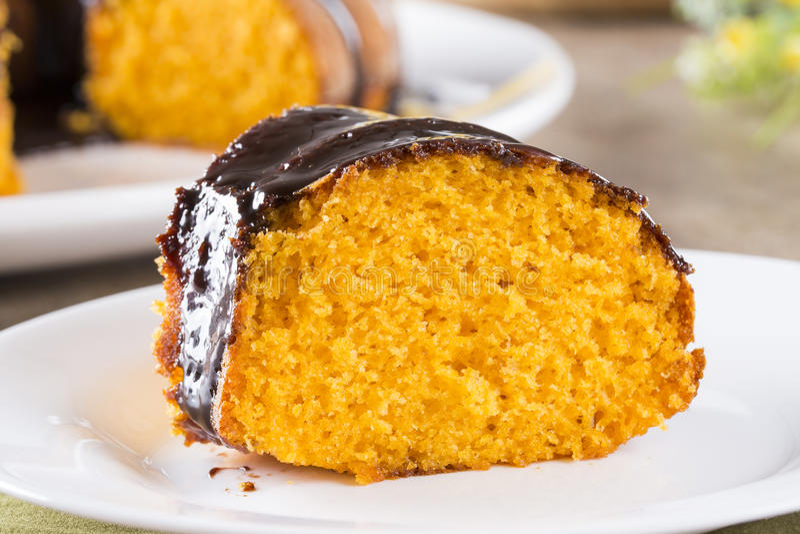 Gâteau à la carotte avec du chocolat et tranche sur la table image stock