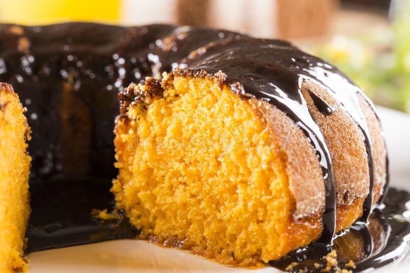 Gâteau à la carotte avec du chocolat et tranche sur la table photo libre de droits