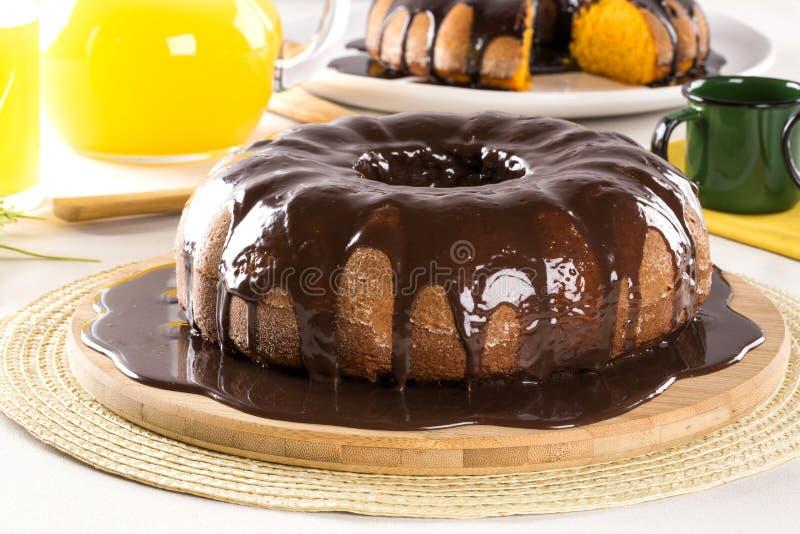 Gâteau à la carotte avec du chocolat et tranche sur la table images libres de droits