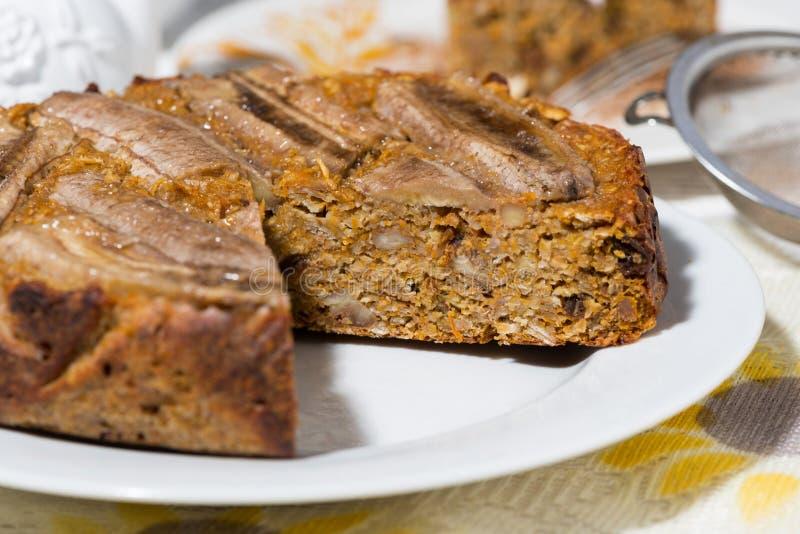 Gâteau à la carotte doux avec la banane image stock