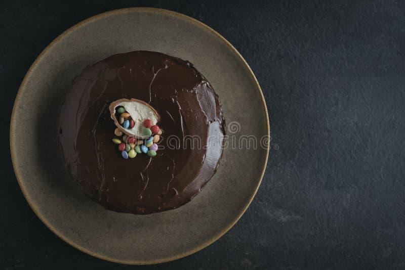 Gâteau à la carotte doux vitré avec du chocolat photographie stock