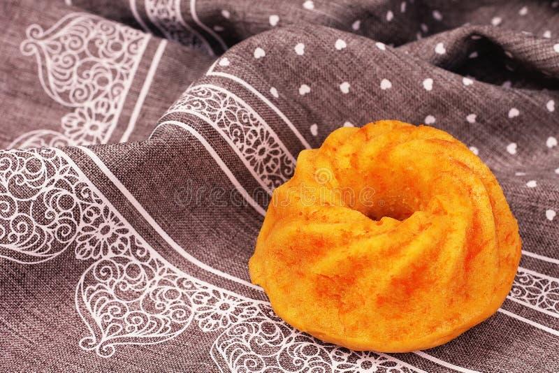 Gâteau à la carotte en détail sur le fond gris image libre de droits