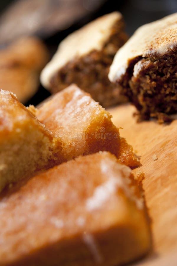 Gâteau à la carotte frais fait maison avec le gâteau de bruine de citron sur un café Stl image stock