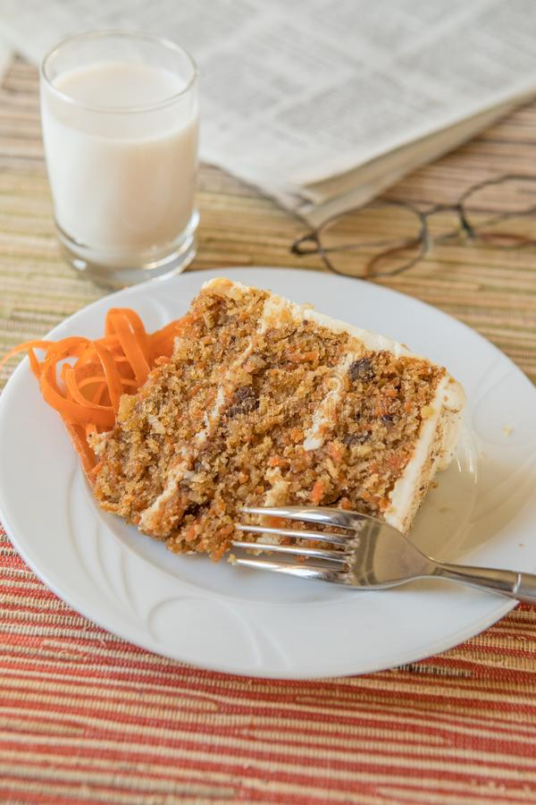 Gâteau à la carotte le jour paresseux photographie stock
