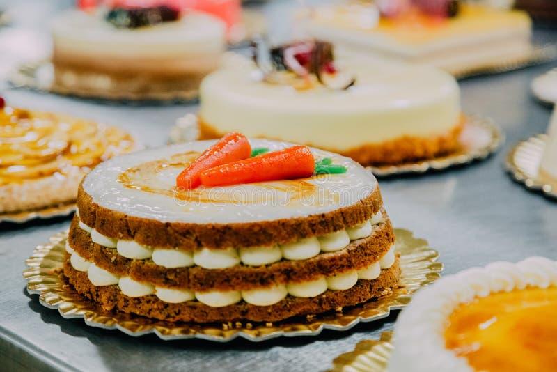 Gâteau à la carotte préparé sur la table en métal d'une usine de nourriture images libres de droits