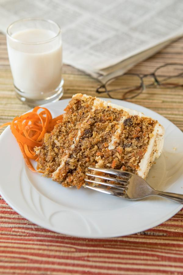 Gâteau à la carotte sur Sunny Day photo stock