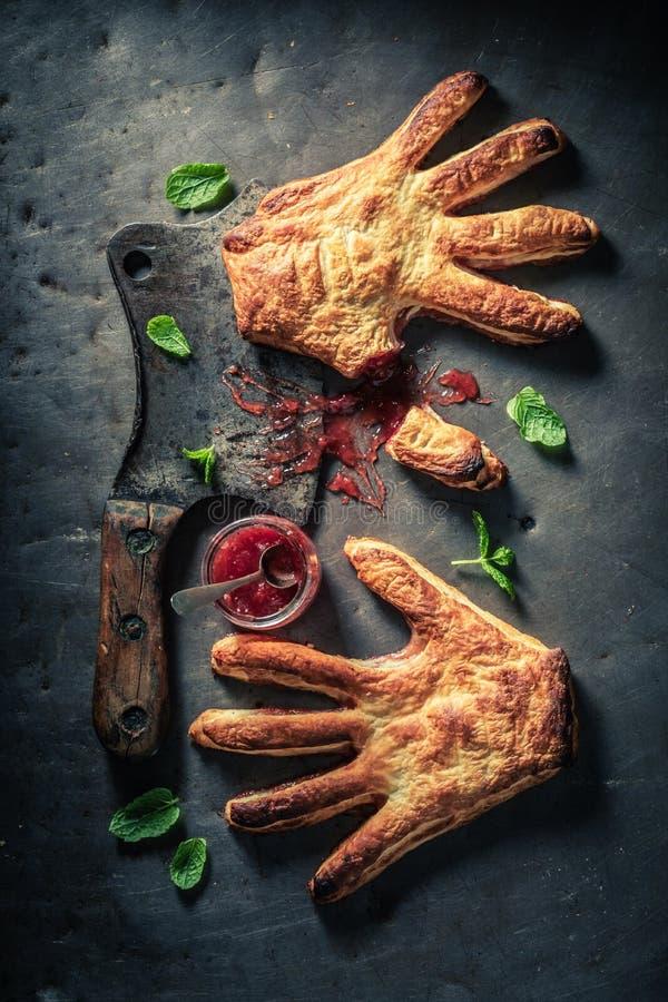 Gâteau étrange de main avec de la confiture de fraise comme concept d'aimer photo stock