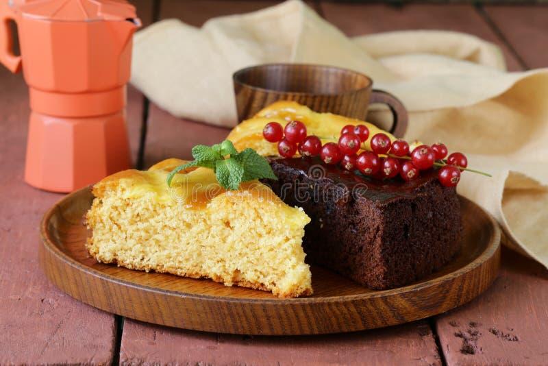 Gâteau assorti - chocolat et fruit image stock