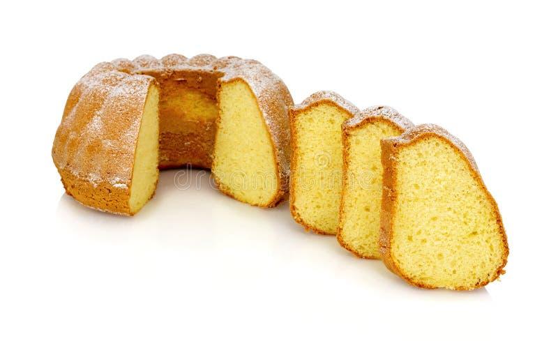 Gâteau au café alsacien fait maison de crème sure d'isolement sur le fond blanc avec la réflexion d'ombre Gâteau doux de bundt image libre de droits