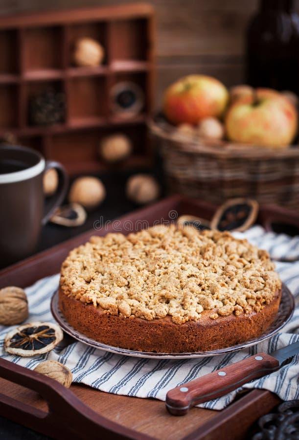 Gâteau au café fait maison de miette de cannelle de pomme images libres de droits