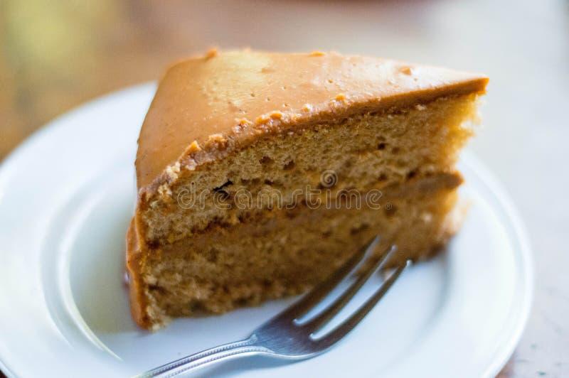 Gâteau au café placé sur un plat blanc photos stock