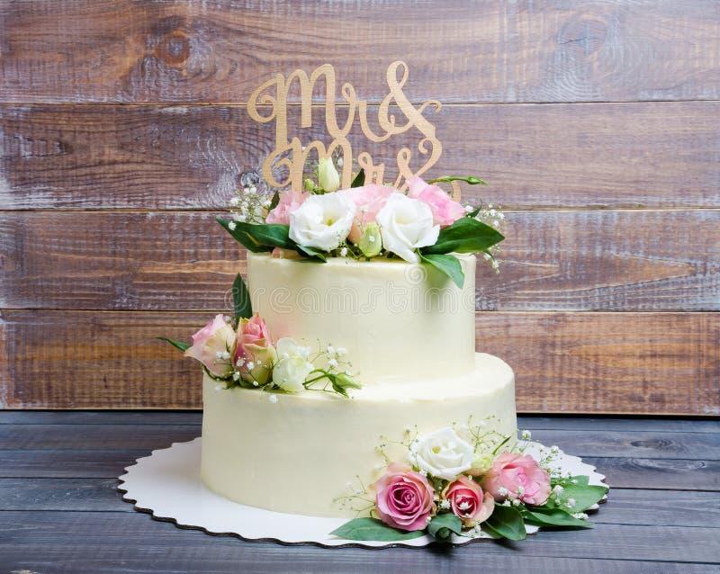 Gâteau au fromage à deux couches de crème de mariage avec les roses et l'eustoma image libre de droits