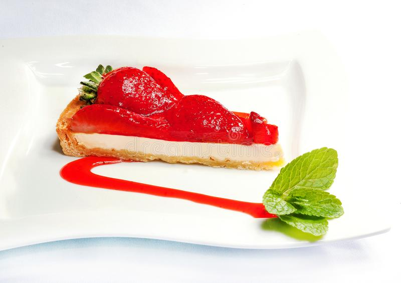 Gâteau au fromage avec des fraises - bonbon savoureux images libres de droits