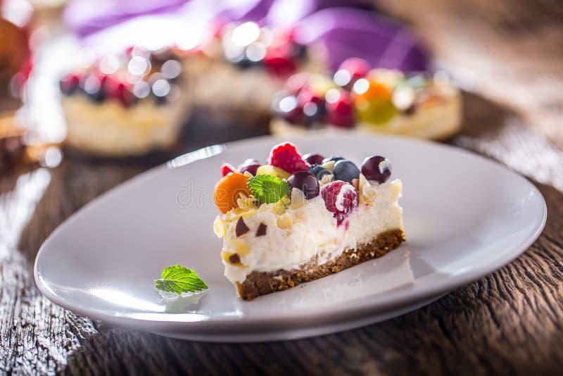 Gâteau au fromage avec des framboises de fraises de baies de fruit frais et images libres de droits