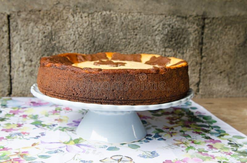 Gâteau au fromage avec du chocolat et la vanille image libre de droits