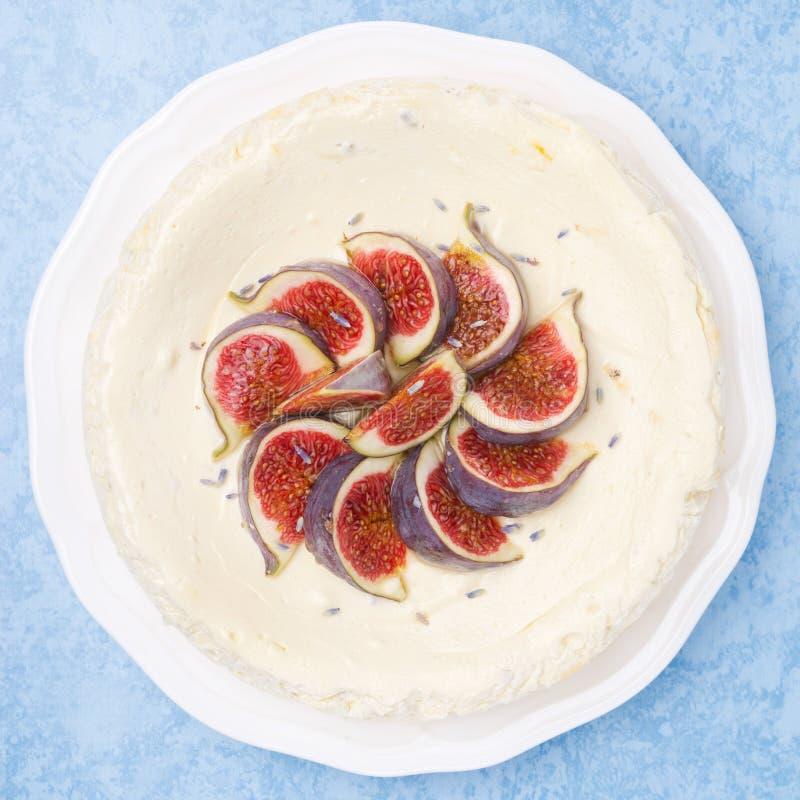 Gâteau au fromage avec du miel de lavande et des figues, vue supérieure photographie stock libre de droits