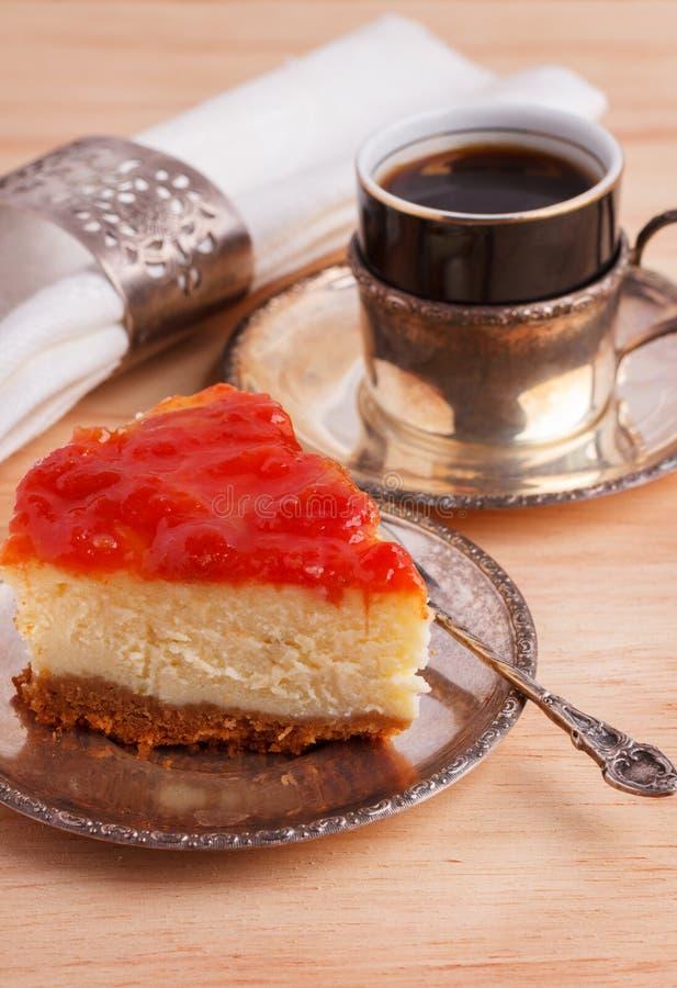 Gâteau au fromage avec la confiture brésilienne de goiabada de la goyave photos stock