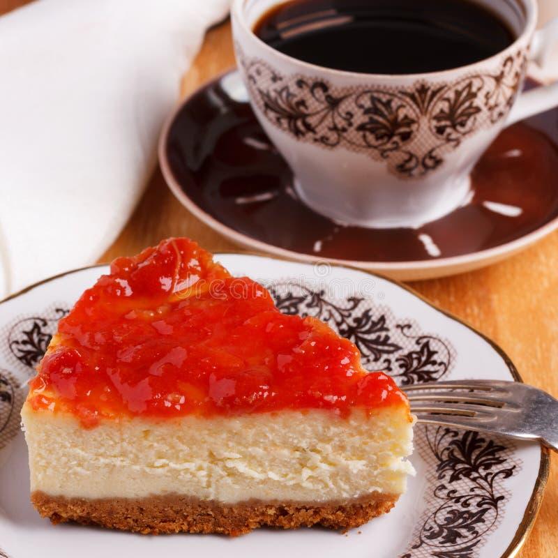 Gâteau au fromage avec la confiture de goiabada, tasse de café images libres de droits